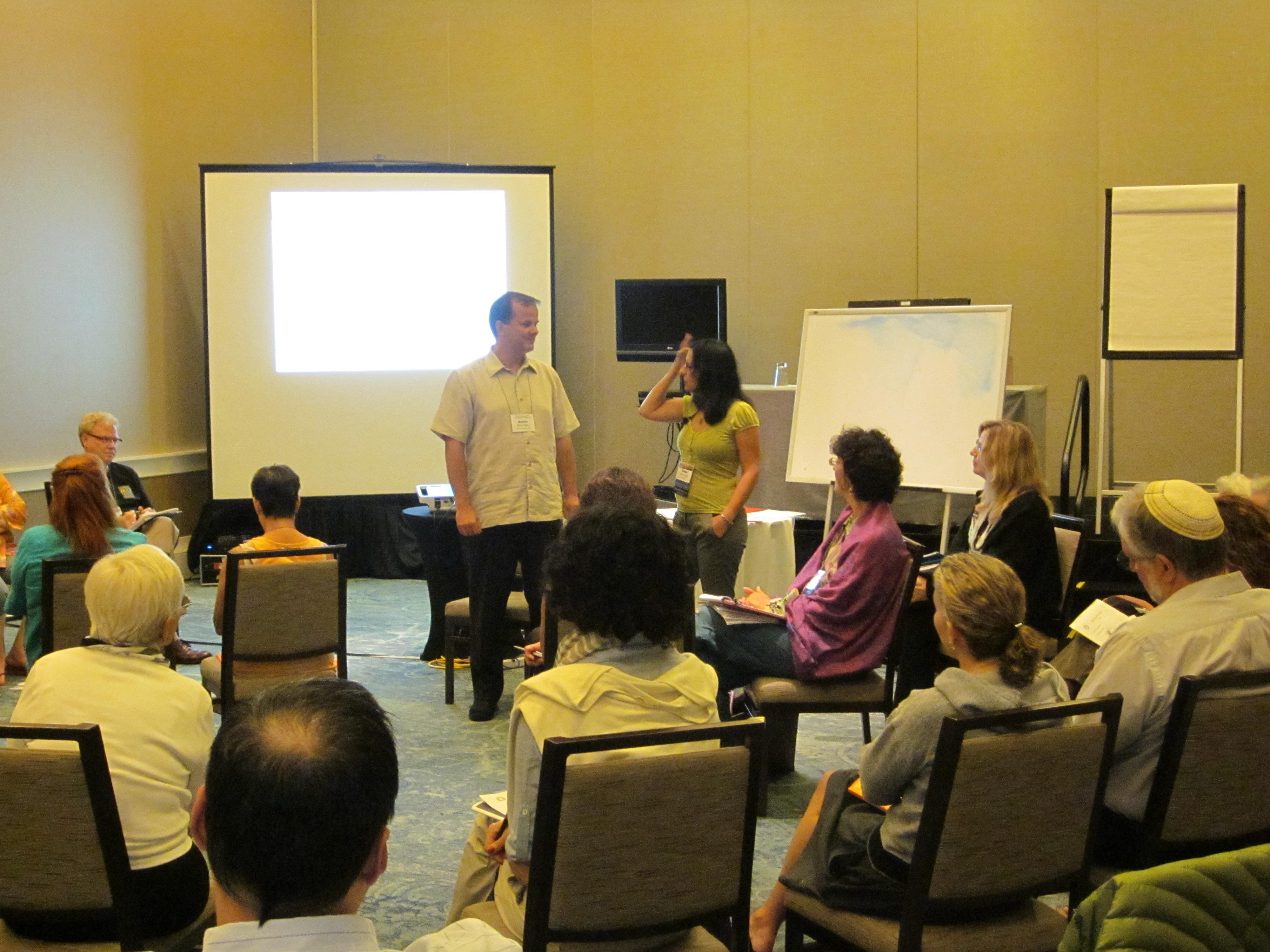 אסנת ידגר מציגה את השיטה בכנס האניאגרם העולמי